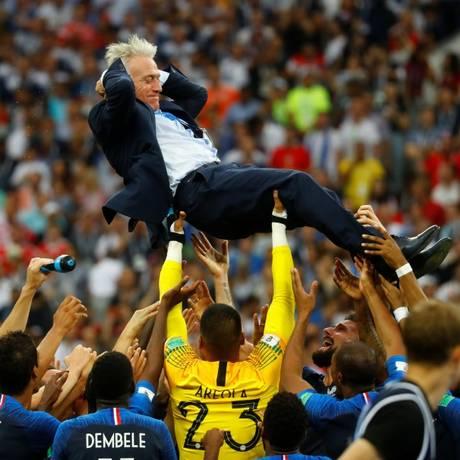 Atual campeã mundial tem desafio frente uma Alemanha que busca recuperação Foto: KAI PFAFFENBACH / Reuters