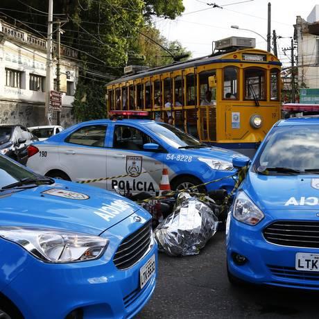 Suspeito morre após troca de tiros com policiais no Largo do Curvelo Foto: Uanderson Fernandes / Agência O Globo
