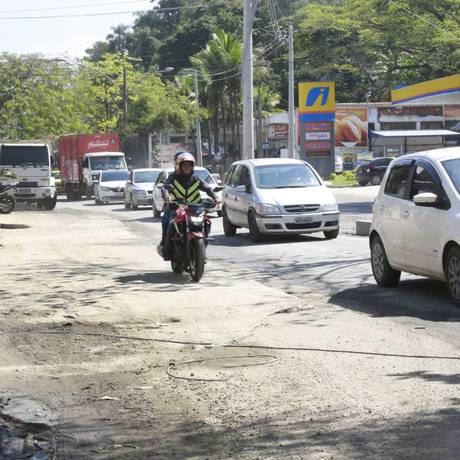 Parte da pista foi cimentada em trecho próximo à Muzema Foto: Agência OGlobo / Marcos Ramos