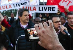 Fernando Haddad e Luiz Marinho fazem campanha em frente a fábrica de automoveis no ABC paulista Foto: Edilson Dantas / Agência O Globo