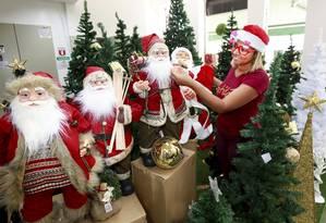 Saara antecipa venda de enfeites natalinos. Na foto, Érica Carvalho faz compras na loja Caçula Foto: Marcos Ramos / Agência O Globo