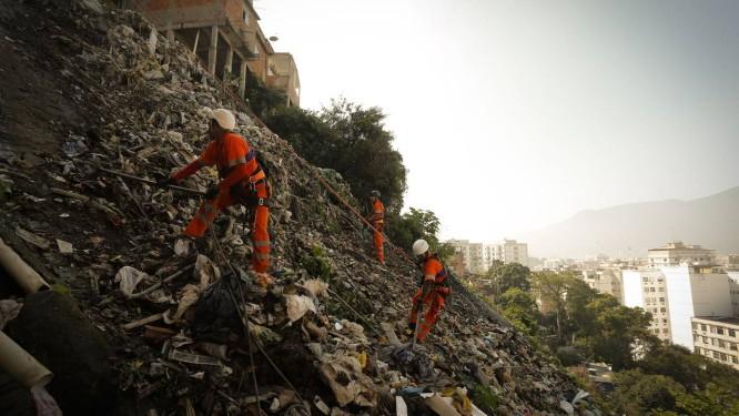Sem medo de altura. Equipe atua na limpeza do Morro dos Macacos: garis foram treinados pelo Corpo de Bombeiros Foto: Pablo Jacob / Pablo Jacob