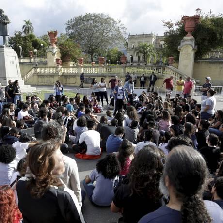 Professores fazem aulas em frente ao Museu Nacional Foto: Marcelo Theobald / Agência O Globo