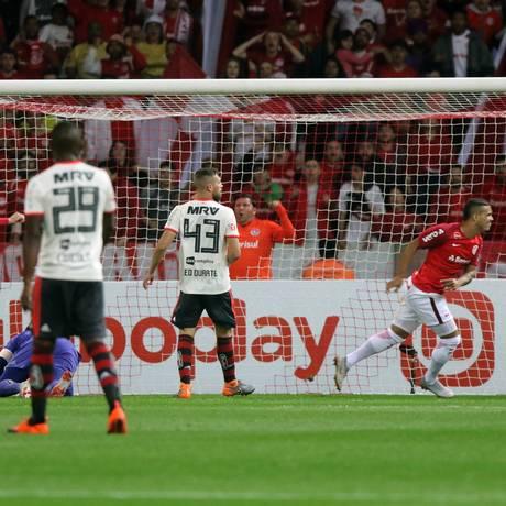 Willian Pottker comemora o primeiro gol do Internacional sobre o Flamengo Foto: Raul Pereira/Fotoarena/Agência O Globo / Agência O Globo