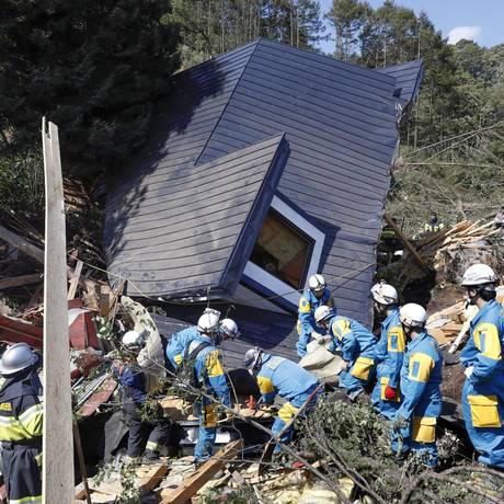 Equipe de resgate busca sobreviventes em casa destruída por deslizamento de terra na cidade de Atsuma Foto: KYODO / REUTERS