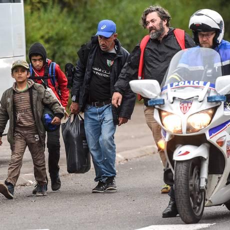 Campo de imigrantes é evacuado pelas forças policiais francesas em Grande-Synthe, próximo a Dunquerque Foto: PHILIPPE HUGUEN / AFP