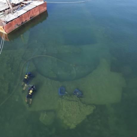 Vista aérea de mergulhadores pesquisando as ruínas da igreja dentro do lago turco Foto: Divulgação/Mustafa Şahin