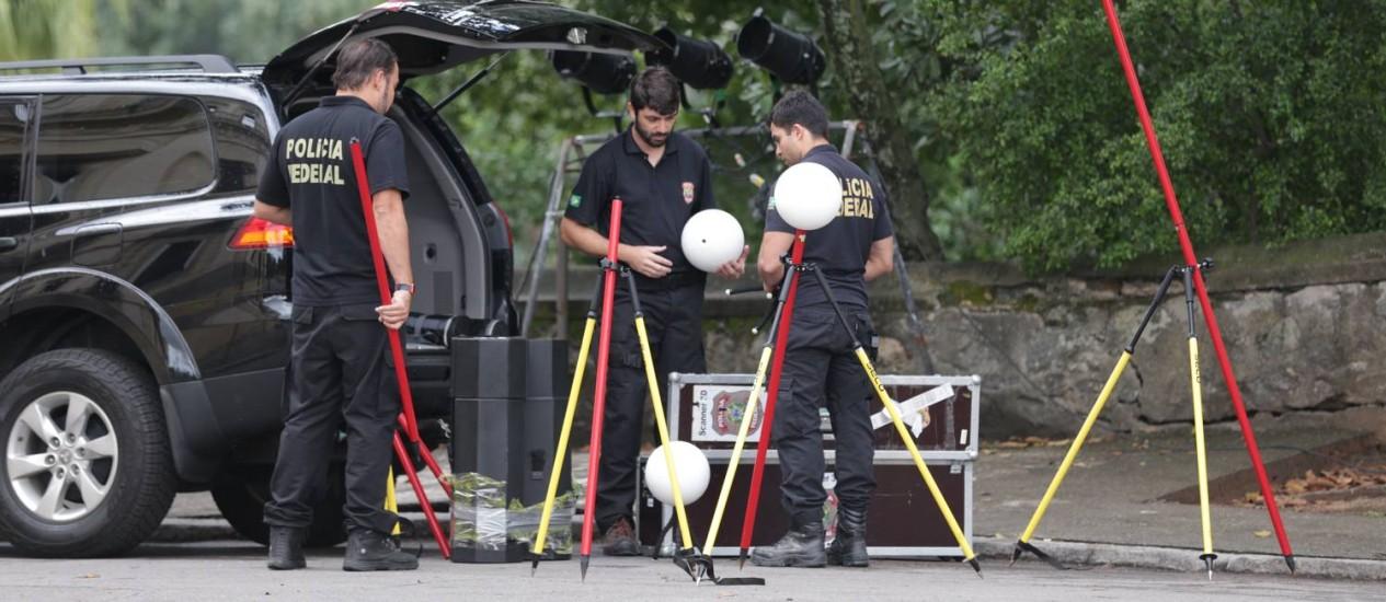 Técnicos da Polícia Federal preparam equipamentos para perícia no Museu Nacional Foto: Marcio Alves / Agência O Globo