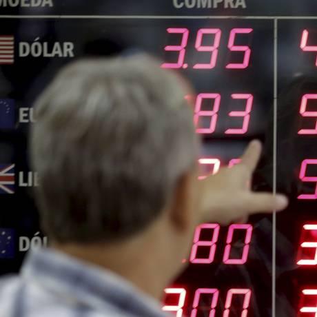 Dólar é negociado em queda nesta quinta-feira Foto: Gabriel de Paiva / Agência O Globo
