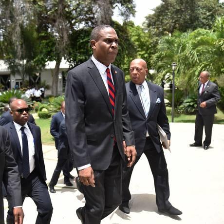 Novo primeiro-ministro haitiano, Jean-Henry Céant, ao centro: novo governo terá que lidar com difícil situação socioeconômica em um dos países mais pobres do mundo Foto: HECTOR RETAMAL / AFP