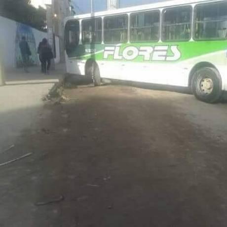 Ônibus é atravessado na rua na comunidade Santa Teresa Foto: Redes Sociais