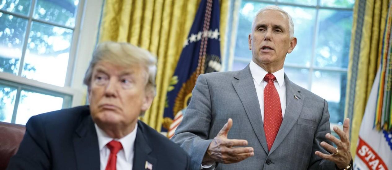 """O vice-presidente Mike Pence com Trump: """"O NYT deveria estar envergonhado do artigo"""", disse Pence em nota. """"E meu escritório está acima de algo tão amador"""" Foto: MANDEL NGAN / AFP"""