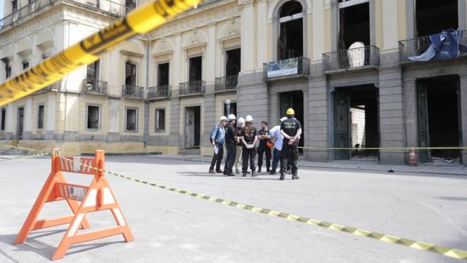 Técnicos da Polícia Federal em frente ao Museu Nacional. Peritos examinam o interior do prédio incendiado Foto: Marcio Alves / Agência O Globo