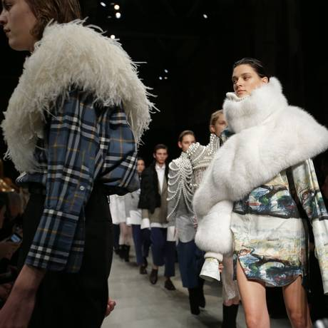 Modelos apresentam criações da coleção outono/inverno de 2017 da Burberry, durante um desfile na London Fashion Week: empresa deixará de utilizar peles de animais em suas roupas e acessórios Foto: DANIEL LEAL-OLIVAS / Arquivo - AFP