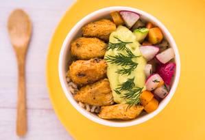 Completo. No bowl da DoJour tem cubos de frango empanados, bifum de arroz com legumes, cogumelos e queijo de minas brulé: R$ 23 Foto: Divulgação/Rogério Belorio