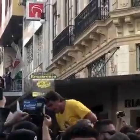 Bolsonaro leva facada em ato de campanha em Minas Foto: Reprodução de Vídeo / Agência O Globo