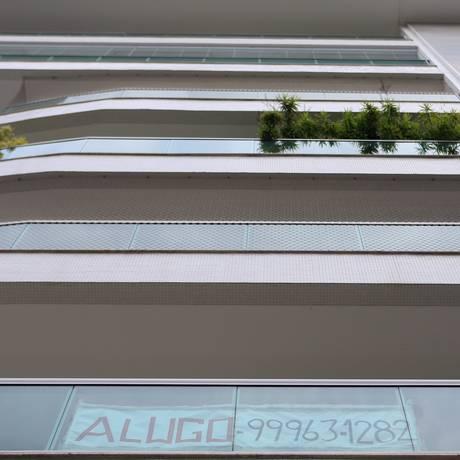 Faixa na varanda anuncia aluguel de apartamento em Charitas há um ano: crise financeira afeta setor na cidade, que teve o maior índice de desvalorização no preço de aluguéis Foto: Roberto Moreyra / Agência O Globo