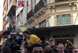 Bolsonaro leva facada em ato de campanha em Minas Foto: Agência O Globo