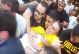 Bolsonaro é socorrido por apoiadores após ataque Foto: Reprodução