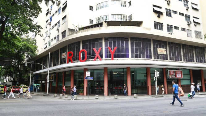 Cinema em festa. Tradição e modernidade convivem no Roxy, um dos poucos cinemas de rua na Zona Sul Foto: Marcos Ramos / Agência O Globo
