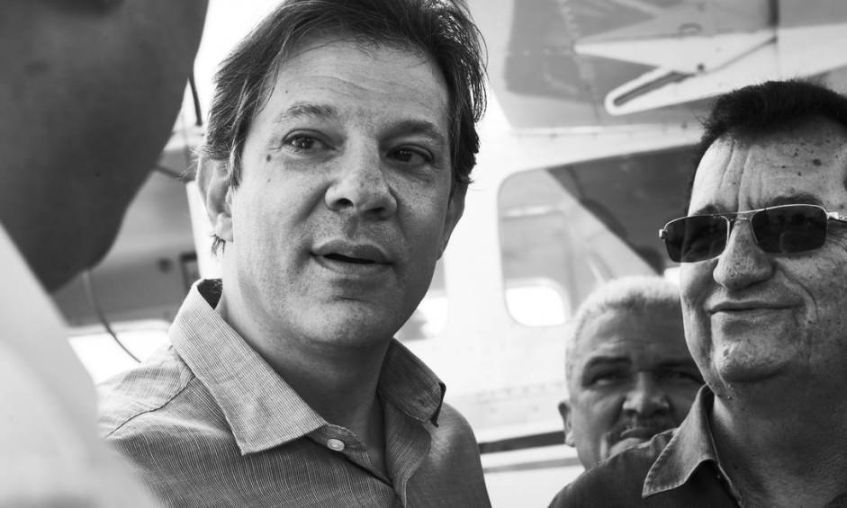 O petista Fernando Haddad desembarca no aeroporto de Garanhuns, antes de se dirigir a Caetés, cidade natal de Lula, onde gravaria programa eleitoral Foto: Marcelo Saraiva