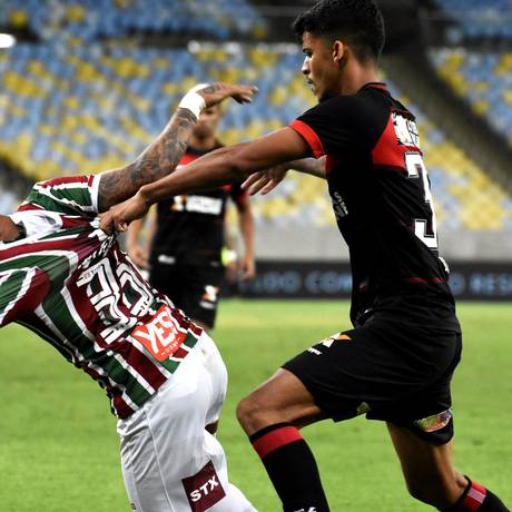 Marcos Júnior é puxado pela camisa por um jogador do Vitória Foto: MAILSON SANTANA/FLUMINENSE FC.