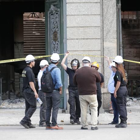 Técnicos da Policia Federal examinam o interior do prédio do Museu Nacional que ficou destruído com o incêndio Foto: Marcio Alves / Marcio Alves