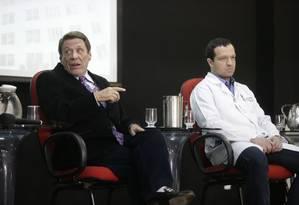 Renato Vilela Moura, presidente da Santa Casa, e Dr Luis Henrique (branco), que fez a cirurgia em Jair Bolsonaro, falam do estado clínico do candidato Foto: Antonio Scorza / Agência O Globo