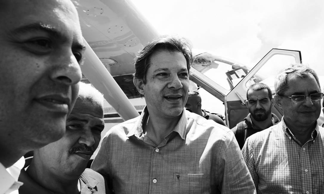 Ainda como vice na chapa de Lula, cuja candidatura havia sido barrada pelo TSE na véspera, Haddad desembarcou no Agreste de Pernambuco Foto: Marcelo Saraiva / Época