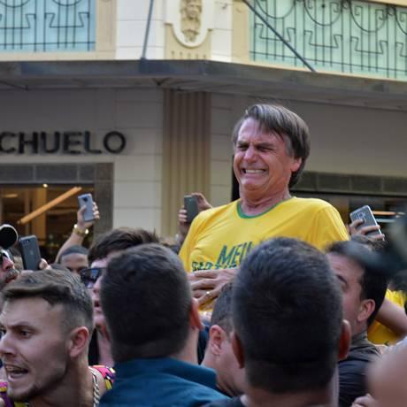 O candidato Jair Bolsonaro ao ser atacado Foto: Raysa Leite / AFP