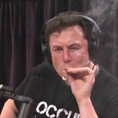 O bilionário Elon Musk surpreendeu ao fumar maconha durante uma transmissão ao vivo Foto: Reprodução/YouTube
