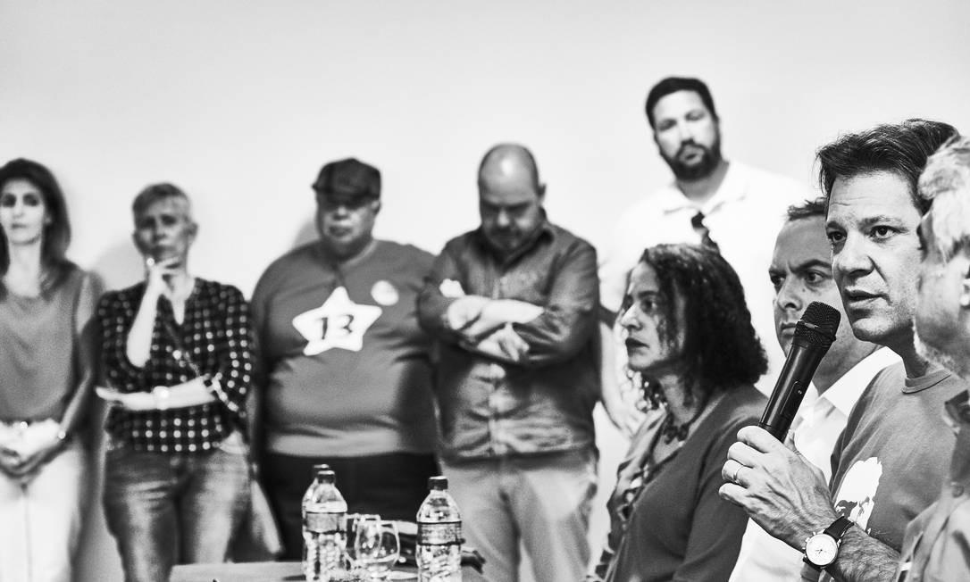 Haddad fala, observado ao fundo pela mulher, Ana Estela, e a preparadora da candidatos Olga Curado (de camisa estampada) Foto: Marcelo Saraiva / Época