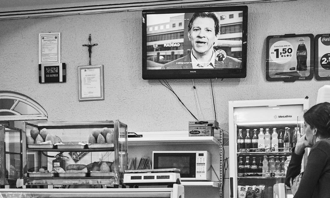 Em Caetés, cidade natal de Lula, o primeiro programa eleitoral não atraiu a atenção dos presentes. Após a foto, a TV foi desligada Foto: Marcelo Saraiva / Época