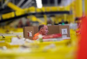 Funcionário da Amazon trabalham no Amazon Fulfillment Center, em Nova Jersey: contratações e salários registraram aumentonos EUA em agosto Foto: MARK MAKELA / AFP/MARK MAKELA/02-07-2017