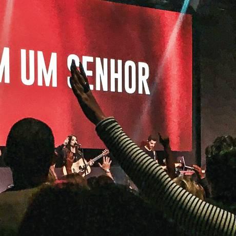 Frequentadores da Igreja Mananciais na Barra da Tijuca em momento de louvor: música, roupas finas e máquina de cartão de crédito para o dízimo Foto: Acervo Pessoal