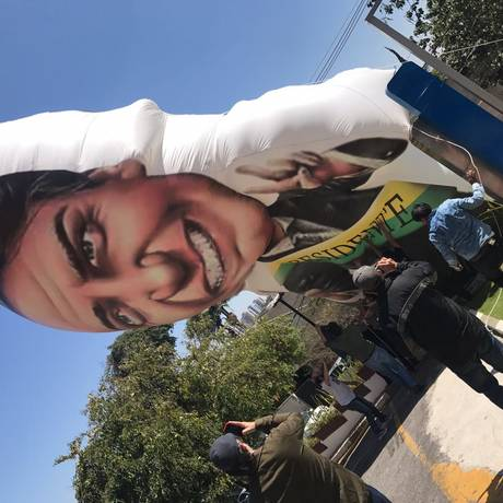 Boneco de Bolsonaro é inflado em frente ao Hospital Alberto Einstein, em São Paulo Foto: Jussara Soares/O GLOBO
