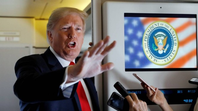Presidente Donald Trump fala a repórteres a bordo do Air Force One Foto: KEVIN LAMARQUE / REUTERS