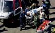 Jair Bolsonaro é levado até a ambulância que o transferiu para o hospital Albert Einstein