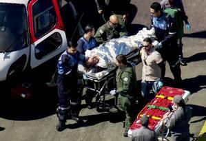 Jair Bolsonaro é levado até a ambulância que o transferiu para o hospital Albert Einstein Foto: Reprodução / TV GLOBO