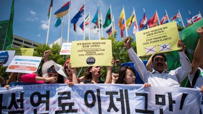 Manifestantes protestam em frente a um prédio das Nações Unidas, em Bangkok, nesta sexta-feira, dia 7 Foto: JEWEL SAMAD / AFP