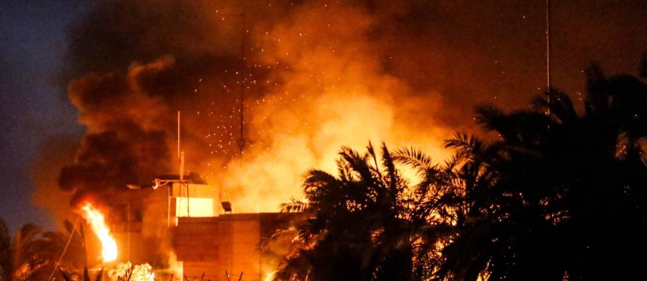 Consulado iraniano é incendiado em Basra, no Iraque Foto: HAIDAR MOHAMMED ALI / AFP