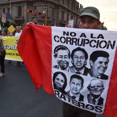Peruanos protestam contra a corrupção Foto: CRIS BOURONCLE / AFP
