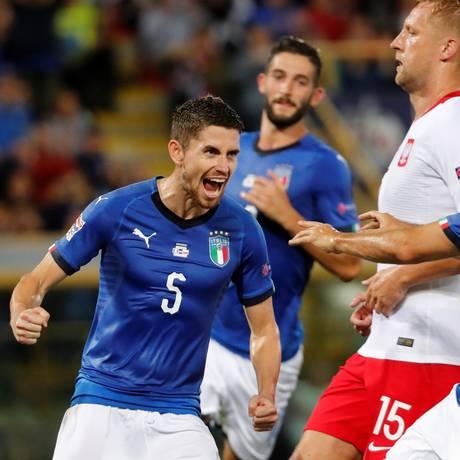 Jorginho comemora o gol de pênalti no empate entre Itália e Polônia Foto: STEFANO RELLANDINI/REUTERS