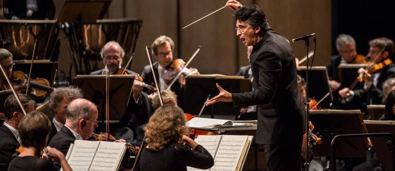 O maestro Michael Sanderling: movimento central foi uma espécie de corte à orquestra Foto: Renato Mangolin/Divulgação