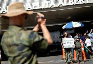 Apoiadores de Bolsonaro se reúnem na entrada do Hospital Albert Einstein Foto: Nacho Doce / Reuters