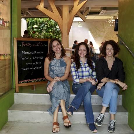 Branca Lee (à esquerda), Paula Prandini e Iona Rothstein acabaram de inaugurar a terceira unidade do restaurante Empório Jardim, no Rio Foto: Marcos Ramos / Agência O Globo