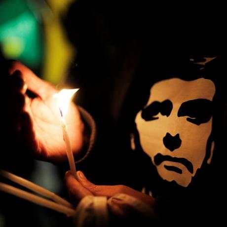 Simpatizantes de Jair Bolsonaro prestam homenagens na frente do hospital Albert Einstein, em São Paulo, nesta sexta-feira Foto: NACHO DOCE / REUTERS