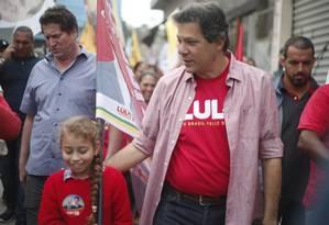 PM ofereceu segurança a Fernando Haddad, durante caminhada na Zona Sul de São Paulo Foto: Marcos Alves / Agência O Globo