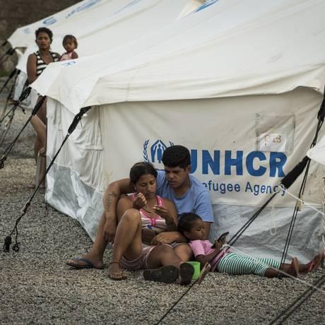 Imigrantes venezuelanos vivem em acampamentos montados nos arredores de um abrigo no bairro Jardim Floresta, em Boa Vista Foto: Guito Moreto / Agência O Globo