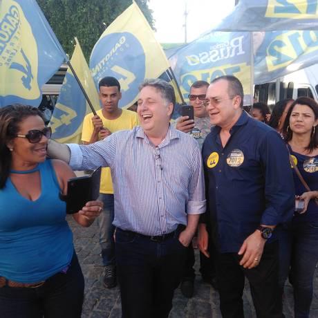 O candidato Anthony Garotinho faz caminhada pelo Centro da cidade de Saquarema Foto: Igor Mello / Agência O Globo